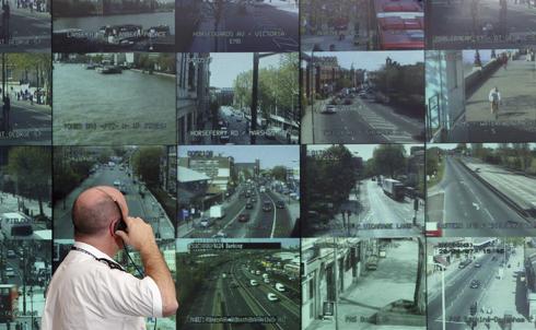 videosorveglianza con telecamere: una sala di controllo