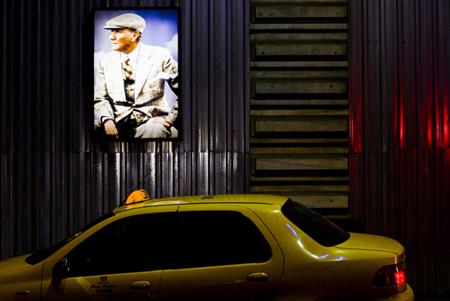 Pannello luminoso con fotografia Atatürk su una parete nel distretto di Beyoğlu