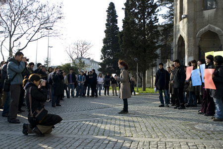 Dilan durante la manifestazione contro la polizia davanti all'Università di Istanbul
