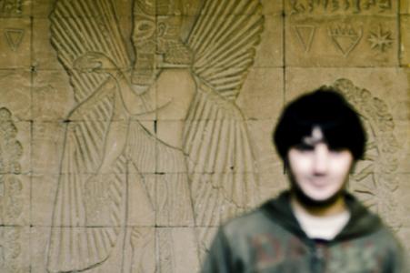 Hüsnü, studente universitario curdo di İstanbul, nella sede del Centro Culturale della Mesopotamia