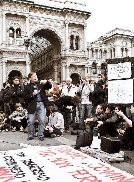 Roberto Escobar lezione in piazza a Milano