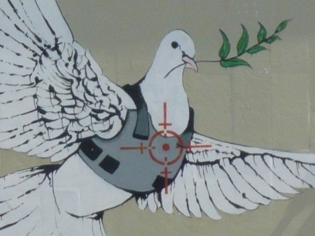 Uno stencil di Banksy a Betlemme