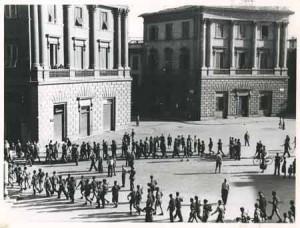 Partigiani attraversano piazza Beccaria per ricongiungersi alle forze alleate e continuare la Liberazione verso il Mugnone e oltre Firenze © Istituto Storico della Resistenza Firenz