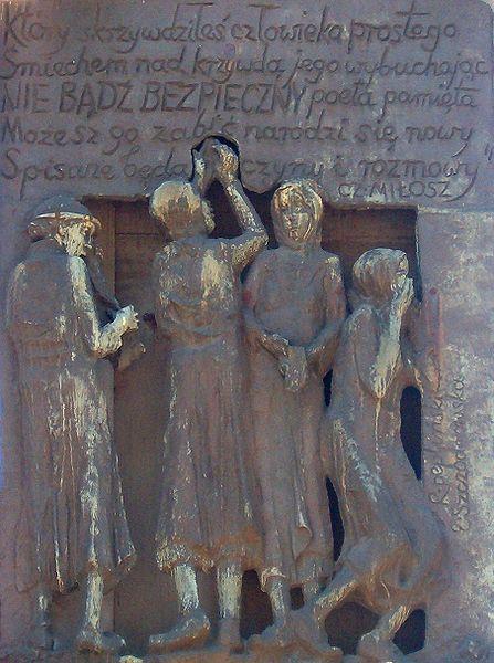 """Il 16 dicembre del 1980 fu inaugurato davanti ai cantieri di Danzica il monumento ai caduti durante le proteste del 1970: tre altissime croci, alla base le parole del salmo """"Il Signore benedice il Suo popolo, il Signore dona la libertà al Suo popolo"""" e di una poesia di Miłosz"""