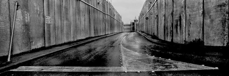 Un cartello stradale che indica le direzioni Tomba di Rachele e Gerusalemme. Fotografia © Josef Koudelka / Magnum Photos.