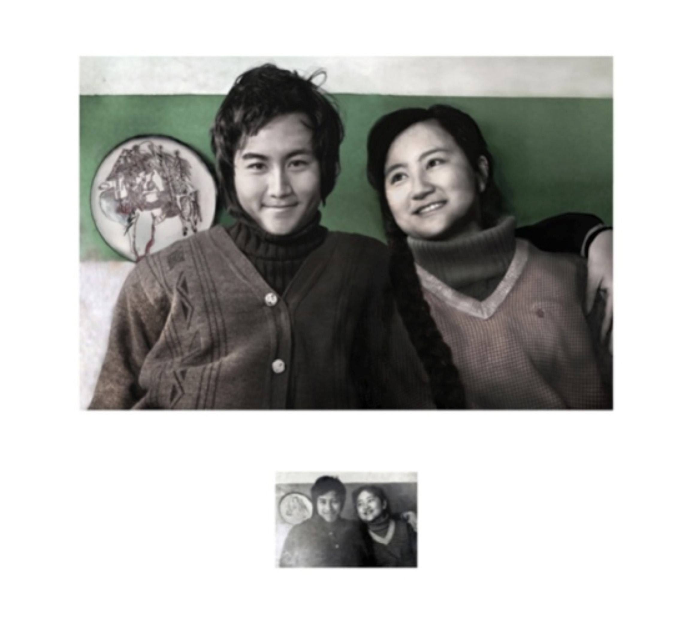 YE FUNA, My Parents and me, 2012.Video: PAL, 5', muto , b/n, dimensioni variabili .Foto: stampa digitale, 70x70 cm ©Ye Funa- nella foto in basso Ye Yongqing e Fu Liya, ripresi nella loro casa di Kunming nel 1984.