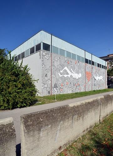 Fig. 1: Vista del lato est della palestra dell'I.T.I.S. con il graffito di Millo.