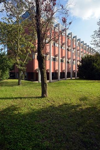 Vista parziale del lato ovest dell'I.T.I.S., architetti Gino Gamberini, Antonino Manzone e Danilo Naglia, progetto 1959-1961, inaugurazione a.s. 1963-1964