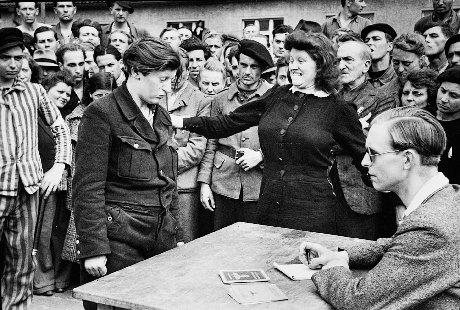Fotografía artística - histórica - periodística  - Página 9 Henri-cartier-bresson-gestapo-informer-dessau-germany-1945