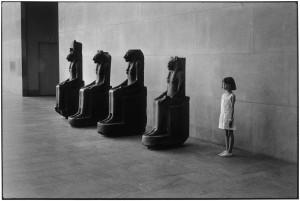 Elliott Erwitt, USA. New York. Metropolitan Museum of Art. 1988