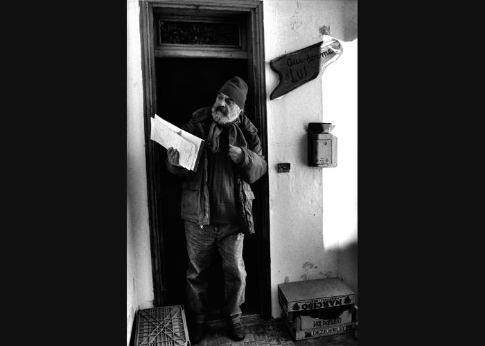 010 Federico Tavan sulla porta di casa sua ad Andreis