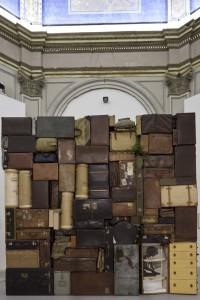 Fabio Mauri Il Muro Occidentale o del Pianto, 1993.  Valigie, borse, bauli, materiale da imballaggio, tessuto e legno. 400 × 400 × 60 cm.