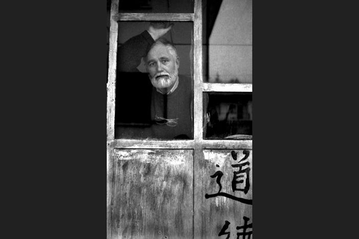 003-Tito-dietro-alla-finestr