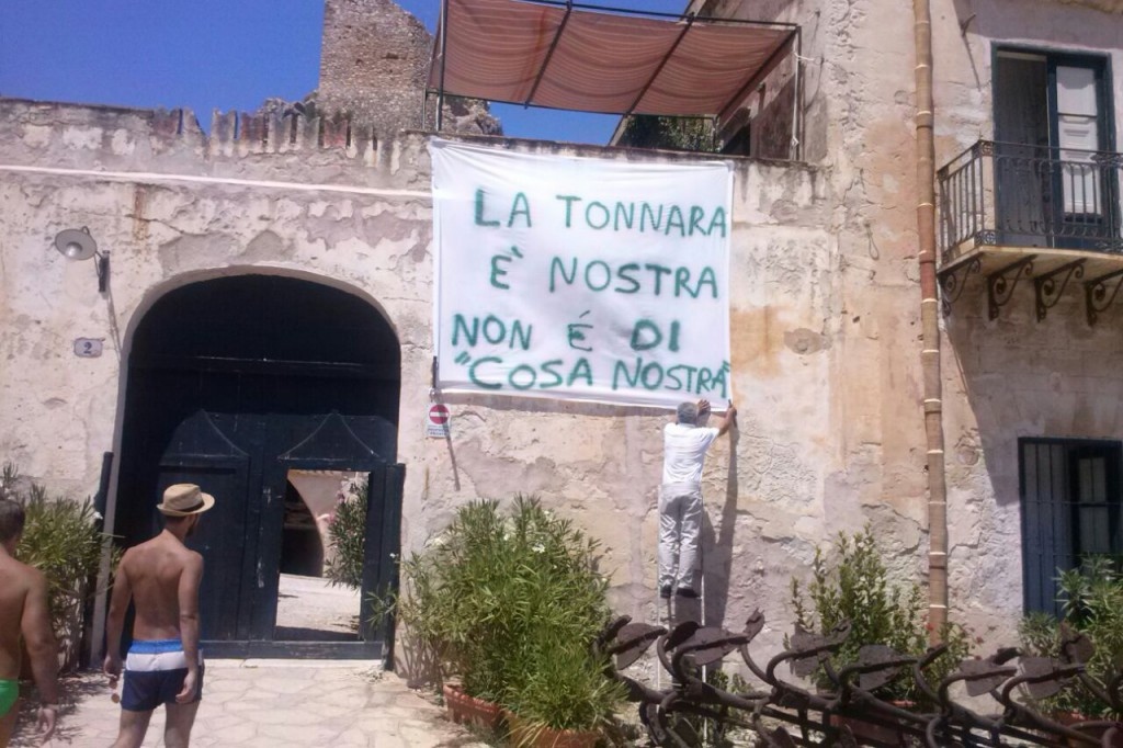 Cartello esposto dai proprietari della Tonnara all'ingresso qualche giorno fa