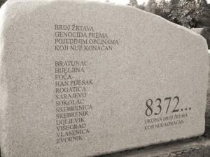 """Lapide posta all'ingresso del memoriale di Potocari, sobborgo di Srebrenica, riportante il numero """"ufficiale"""" delle vittime del genocidio (8372...)"""