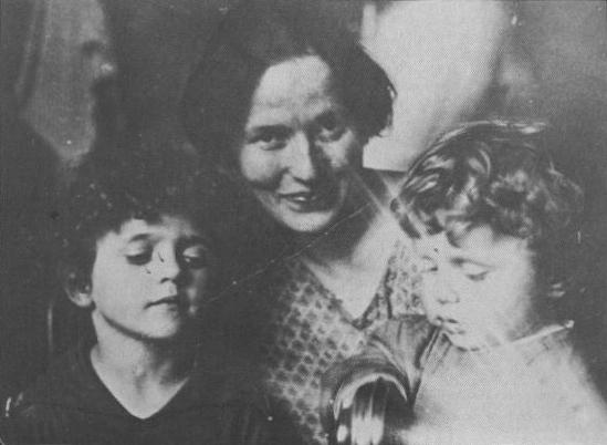Giulia Schucht a Mosca con i figli Delio nato nel 1924 e Giuliano nato nel 1926
